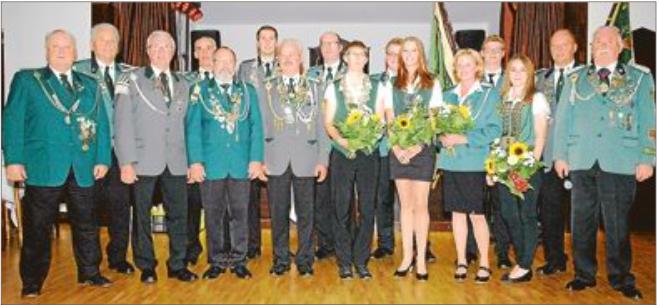 """Das neue Kreiskönigshaus des Schützenverbands """"Altes Amt Friedeburg"""" zusammen mit dem mit dem Kreisverbandsorden geehrten Arthur Engelbrecht (3. von links)."""